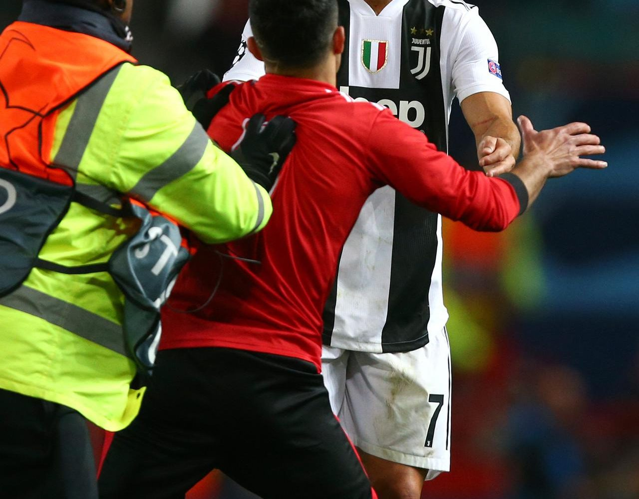 6 Potret Interaksi Ronaldo dengan Fans yang Masuk Lapangan