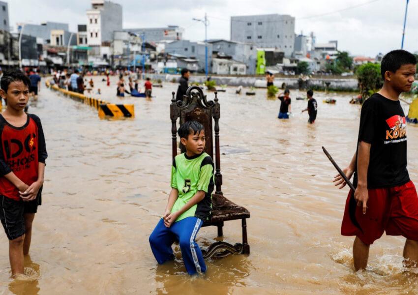 Aksi Warga yang Kelewat Santai saat Banjir