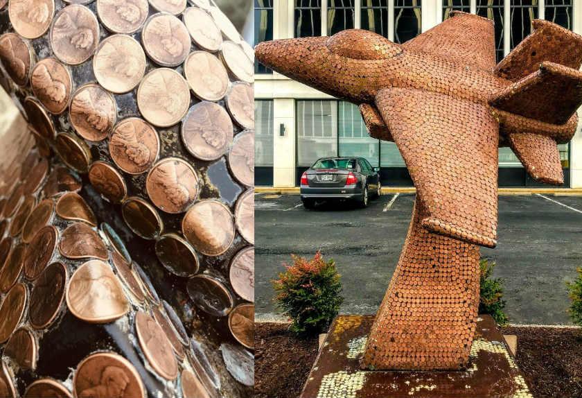Patung Jet Tempur Amerika Serikat Diselimuti 14.000 Koin